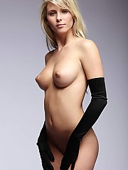 Sublime blonde aux gants noirs - 12 photos