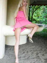 Belle jeune latine nue